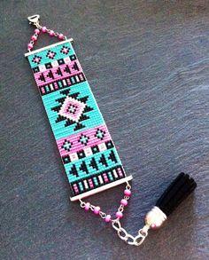 Bracelet Manchette Motif Aztèque Rose Fluo et Turquoise par TDFTheDreamFactory, €25.00 Perles de rocaille, tissé, tissage, géométrique.