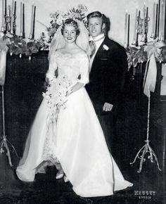 Robert Redford e Lola Van Wagenen nel giorno del loro matrimonio. Celebrity Wedding Photos, Vintage Wedding Photos, Vintage Bridal, Celebrity Couples, Celebrity Weddings, Lola Van Wagenen, Star Wedding, Wedding Bride, Wedding Gowns