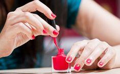 Îţi sare oja de pe unghii foarte repede şi nu îţi permiţi să apelezi la un salon profesionist? Iată cum să faci oja să dureze cu oţet.