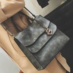 Handbag Type: TotesStyle: FashioGender: For WomePattern Type: OthersHandbag Size: Small(20-30cm)Closure Type: ZipperInterior: Cell Phone PocketOccasion: VersatileMain Material: PUWith Pendant: NoWeight: 1.103kgSize(CM)(L*W*H): 30*13*30Strap Len...