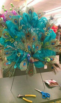 Peacock deco mesh wreath i would never have the patience to do this but love… Deco Mesh Crafts, Wreath Crafts, Diy Wreath, Diy Crafts, Wreath Ideas, Wreath Making, Peacock Wreath, Peacock Decor, Peacock Centerpieces