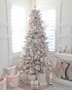 - 크리스마스가 이제 일주일 남았네요. 나이가 들면 무뎌진다는데.... 난 왜 아직도 설레는거야 철이 않들었나봄 ㅎㅎㅎㅎ 즐거운 주말 저녁되세여❤️ . . . #일상#데일리#florist #더피어나플라워#꽃집