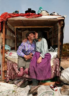 The Kiss, gypsy romance in Romania. By Peter van Beek. Gypsy Caravan, Gypsy Wagon, Gypsy Life, Gypsy Soul, We Are The World, People Of The World, Gypsy People, Gypsy Culture, Gypsy Living
