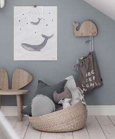 Ihana valas-teemainen lastenhuone, jossa vinokatto, hempeän harmaa seinä ja kaunis lautalattia houkuttelevat uppoutumaan leikkeihin pidemmäksikin aikaa. #lastenhuone #kidsroom #grey
