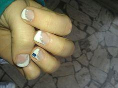 Unghie in gel, french diagonale bianca con decoro il argento e adesivo blu.