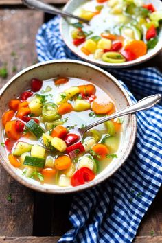Hearty vegetable soup (only 30 minutes! Th… Hearty vegetable soup (only 30 minutes! This hearty recipe is healthy, low in calories and super easy! Crock Pot Recipes, Soup Recipes, Salad Recipes, Vegetarian Recipes, Dinner Recipes, Healthy Recipes, Healthy Meals, Hearty Vegetable Soup, Vegetable Recipes
