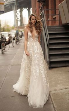 Brautkleider-Trends 2018: DAS sind die 100 schönsten Kleider! : Fotoalbum - gofeminin Lazaro Wedding Dress, Wedding Dresses 2018, Elegant Wedding Dress, Bridal Dresses, Backless Wedding, Tulle Wedding, Reception Dresses, Mermaid Wedding, Dream Wedding