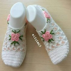 Best 12 Amazing Crochet Shoes and Slippers – SkillOfKing. Crochet Baby Boots, Crochet Bows, Crochet Slippers, Crochet Gifts, Crochet Clothes, Crochet Ripple, Crochet Quilt, Crochet Bow Pattern, Crochet Patterns