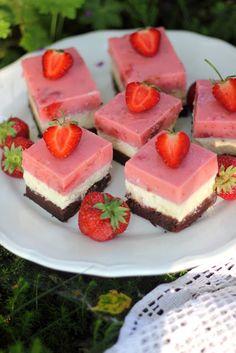 Sernik na czekoladowym spodzie z musem truskawkowym Cheesecake, Food, Cheesecake Cake, Meal, Cheesecakes, Essen, Cheesecake Bars, Cherry Cheesecake Shooters, Cheesecake Pie