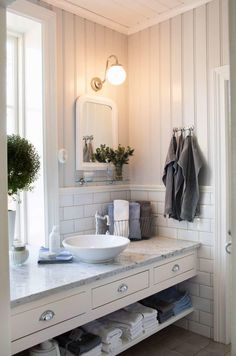 Navigate to this site Shiplap Bathroom Bathroom Inspo, Bathroom Sets, Bathroom Storage, Bathroom Interior, Bathroom Inspiration, Master Bathrooms, Bathroom Plants, Bathroom Organization, Bathroom Accesories