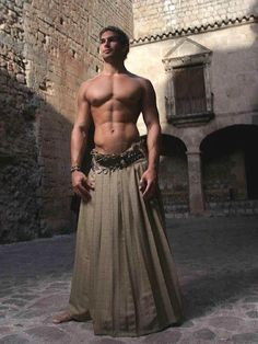 i don't know if this really qualifies as a kilt but somehow i like it. Men Wearing Skirts, Man Skirt, Skirt Belt, Men In Kilts, Hommes Sexy, Inspiration Mode, Komplette Outfits, Male Models, Beautiful Men