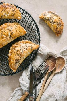 Recipe for Savory Mushroom and Spinach Hand Pies, the perfect handheld pie for breakfast or brunch! Thyme, gouda, and mushrooms baked in a buttery flaky pie crust is how every day should start. Savory Pastry, Savoury Baking, Savoury Tarts, Vegetarian Recipes, Cooking Recipes, Healthy Recipes, Pie Recipes, Healthy Foods, Dinner Recipes
