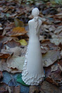scultura femminile in ceramica
