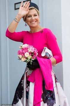 Queen Maxima of the Netherlands joins King Willem-Alexander for a visit to Germany Fuchsia Outfit, She Is Gorgeous, Royal Fashion, Women's Fashion, Queen Maxima, Colorful Fashion, Pretty Outfits, Her Hair, Bell Sleeve Top