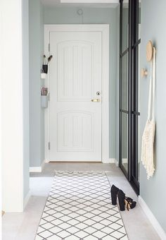 Simple and nice entryway with mint-green walls that gives an airy expression. Open Plan, Hallway Decorating, Interior Decorating, Mint Green Walls, Turbulence Deco, Small Entryways, Modern Interior Design, Feng Shui, Interior Inspiration