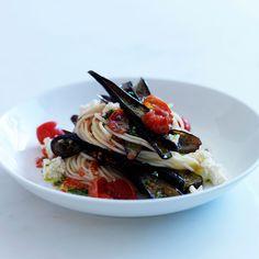 Découvrez la recette des spaghettis aux aubergines, tomates, pesto et feta