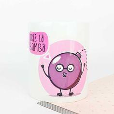 """¡Eres la bomba y lo sabes! Así que anímate cada mañana con esta taza y cómete el mundo. Disponible en 3 versiones:  Español: """"Eres la bomba"""".  Inglés: """"You're the bomb"""".  Portugués: """"És a bomba"""".  www.vagalumedesigns.com  tazas desayuno regalo"""