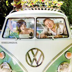 Funny wedding picture with green VW bus / grappige trouwfoto met een groene VW bus