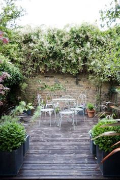 Le blog déco My Décosphère vous donne des idées pour aménager et décorer un jardin de ville. De belles photos pour s'inspirer.