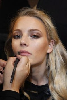 beautiful, subtle makeup   gold eyes feathered out with warm taupe + bronzer