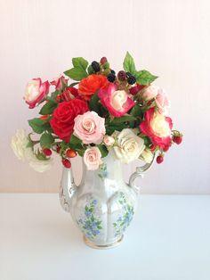Купить Букет садовых роз из холодного фарфора с ягодами - розы из полимерной глины, разноцветный букет