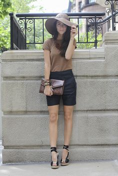 long shorts, silk tee, wedges and accessories. Perfect outfit for a nice day like today! Black Shorts Outfit, Bermuda Shorts Outfit, City Shorts, Outfits With Hats, Cute Outfits, Saturday Outfit, Patterned Jeans, Looks Style, Dress Me Up