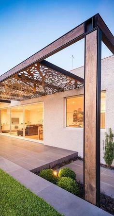 Con la forma de una gran vidriera, vemos el techo de esta pérgola.