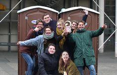 De Design-studenten met hun trofee voor 'Des Jeunes Designers'