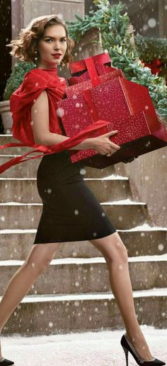City Girl 📌💋💕at Christmas time. Christmas In The City, Elegant Christmas, Green Christmas, Christmas Colors, Beautiful Christmas, Winter Christmas, Christmas Time, Merry Christmas, Christmas Activities
