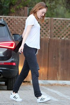 Natural beauty Emma Stone displays her lean physique in casual wear b5d5f9b46