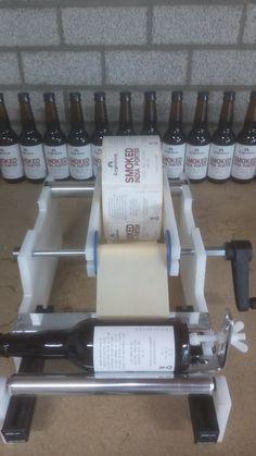 Etiketteer apparaat handmatig stickers op rol op bierflesjes etiketteren