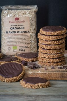 Chocolate Digestives - if you're a dunker you're going to LOVE these! Crisp, nutty biscuits using Quinoa Flakes covered with thick, delicious dark chocolate Vegan Baking, Healthy Baking, Healthy Food, Sans Lactose, Sans Gluten, Flake Recipes, Quinoa Flakes Recipes, Foods With Gluten, Gluten Free Desserts