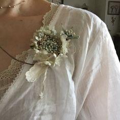染め花HorryさんはInstagramを利用しています:「スカビオサのコサージュ 7月20日(水)、24日(日) 10:30〜、13:30〜,キットになっていますので何方でも2時間ほどで完成します。詳しくはこちらまでお問い合わせください。染め花Horry052-972-6067#手仕事…」 Forest Fashion, Fabric Brooch, Textiles, Japanese Hairstyle, Paper Jewelry, Mori Girl, Handmade Flowers, Flower Crafts, Corsage