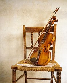 Photo about Violin resting on a wooden chair. Image of instruments, orchestra, chair - 26697581 Violin Art, Violin Music, Art Music, Violin Chords, Violin Drawing, Violin Painting, Violin Sheet, Violin Photography, Exposition Photo