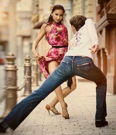 [TANECZNE ZDJĘCIA DNIA]  Gdy pragniesz być szczęśliwym, to tańcz i kochaj w dzień i w nocy i wtedy właśnie życie szczęściem Cię otoczy!