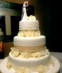 orta para un eventos especiales. Transmite elegancia y brinda  vida a cualquier a un tipo de evento como  fiestas matrimoniales. Cuenta con detalles como muñeco(a)s, flores decorativas y peldaños para representar la boda