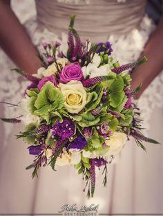 Wybierając wszelkie dodatki warto zwrócić szczególną uwagę na wybór kwiatów do ślubnej wiązanki.