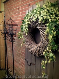 herfst buiten oude deur op de krans zit hop