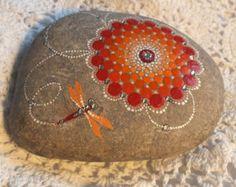Diseño de punto de Mandala mano pintada del por CornishMaidPebbles                                                                                                                                                                                 Más
