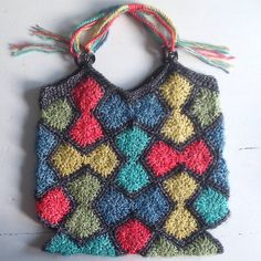 Okay I almost finished this little bag last night and left it on the kitchentable to finish it in the morning. But than this morning I couldn't find it!!!! My little one didn't notice that I didnt crochet the corners yet. She liked it so much, she took it to school! #crochetbag #crochet #haken #häkeln #ganchillo