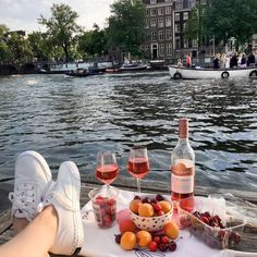 Picnic in Amsterdam Picnic Date, Beach Picnic, Romantic Picnics, Aesthetic Food, Traveling By Yourself, Summertime, Food Photography, Food And Drink, Places