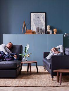Entspannen im Farbtrend des Jahres: Auch IKEA hat die Trends von Denim Drift und Co. umgesetzt und präsentiert beispielsweise gemütliche Sofas für kleine Wohnzimmer. Das Kivik-Sofa links mit Kopfteil nennt man Récamiere (700 Euro), das Dreier-Sofa auf der rechten Seite liegt bei 799 Euro (Landskrona).