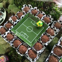 Louças com tema de futebol podem ser colocadas entre os doces