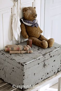 Fabulous French Country Rug To Apply Asap - Rearwad Old Teddy Bears, Antique Teddy Bears, Antique Toys, Vintage Toys, Shabby Vintage, Shabby Chic, Style Vintage, Cute Bear, Bear Doll