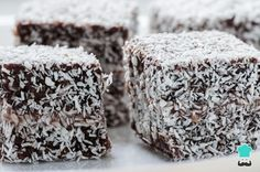 Learn how to make homemade Australian Lamingtons with this delicious and easy recipe. Lamingtons are a sponge cake dipped in chocolate with a dusting of coconut. Square Cake Pans, Square Cakes, Chocolate Topping, Melting Chocolate, Lamingtons Recipe Easy, Yummy Treats, Sweet Treats, Cake Dip, Finger Foods