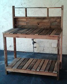 Work bench, upcycled pallets - could have used this 6 months ago when I had three and nothing to do with them : (