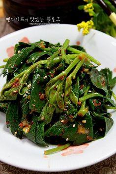 Korean Side Dishes, K Food, Vegetable Seasoning, Korean Food, Seaweed Salad, Food Plating, Bread Recipes, Green Beans, Food And Drink