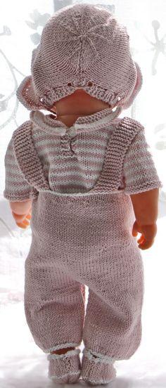 strikk dukkeklær med Sandnes garn Knitting Dolls Clothes, Knitted Dolls, Doll Clothes Patterns, Doll Patterns, Clothing Patterns, Baby Pattern, Romper Pattern, Girl Dolls, Baby Dolls