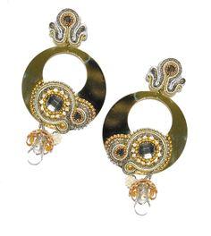 Pendiente de flamenca dorado con aplicaciones y engarces dorados y plateados rematado con piedra facetada y