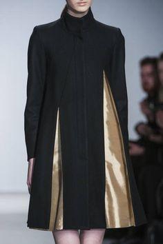 Longline jacket with flared pleats revealing a contrasting gold lining; elegant fashion details // Amaya Arzuaga
